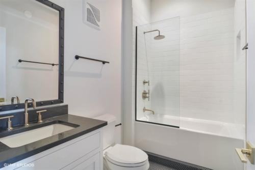 21 1000WWASHINGTONBoulevard Unit338 8 Bathroom LowRes